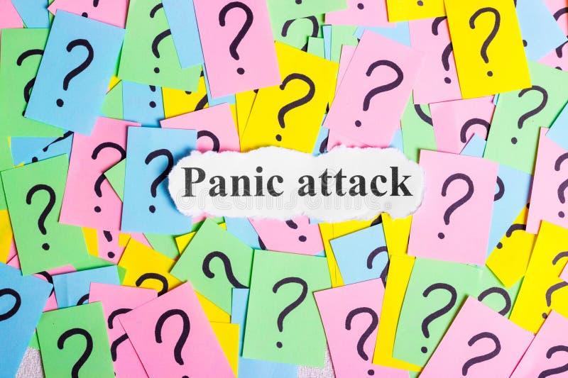 Texte de syndrome d'attaque de panique sur les notes collantes colorées dans la perspective des points d'interrogation photographie stock