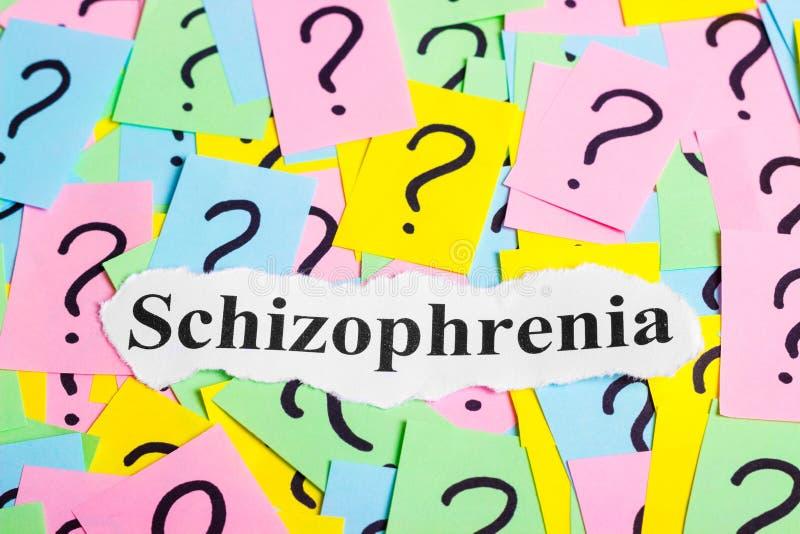 Texte de syndrome de schizophrénie sur les notes collantes colorées dans la perspective des points d'interrogation images libres de droits