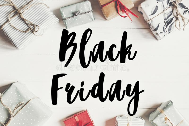Texte de vente de Black Friday la grande remise d'offre de vente se connectent enveloppé image libre de droits