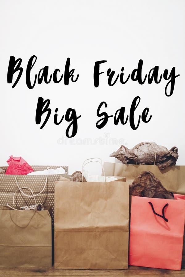 Texte de vente de Black Friday la grande remise d'offre de vente se connectent le Ba de papier photographie stock libre de droits