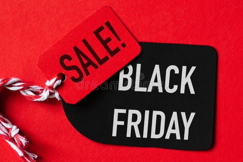 Texte de vente de Black Friday sur une étiquette rouge et noire photos stock