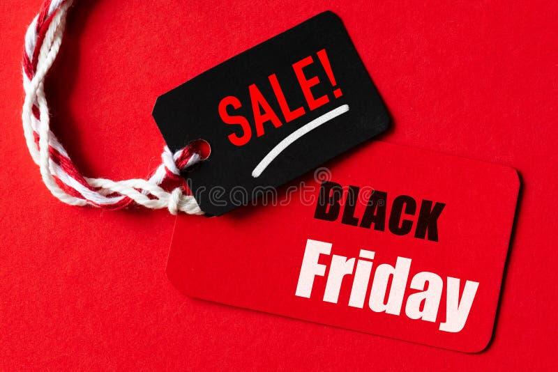 Texte de vente de Black Friday sur une étiquette rouge et noire photographie stock