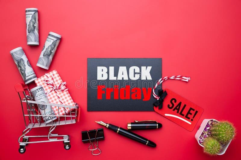Texte de vente de Black Friday sur une étiquette rouge et noire photo libre de droits