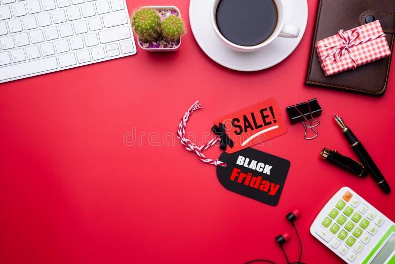 Texte de vente de Black Friday sur une étiquette rouge et noire avec la tasse de café image stock