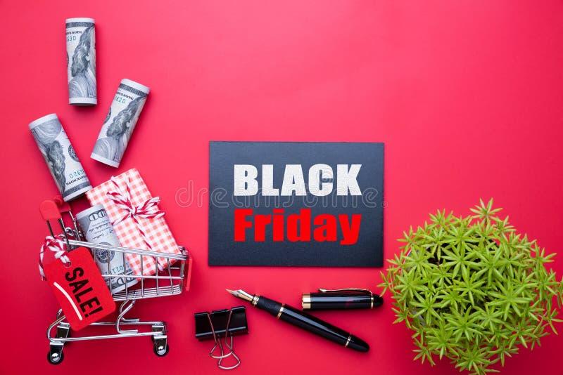 Texte de vente de Black Friday sur une étiquette rouge et noire avec le boîte-cadeau photographie stock