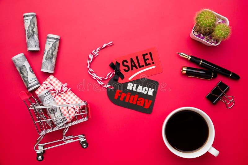 Texte de vente de Black Friday sur une étiquette rouge et noire avec le boîte-cadeau photographie stock libre de droits