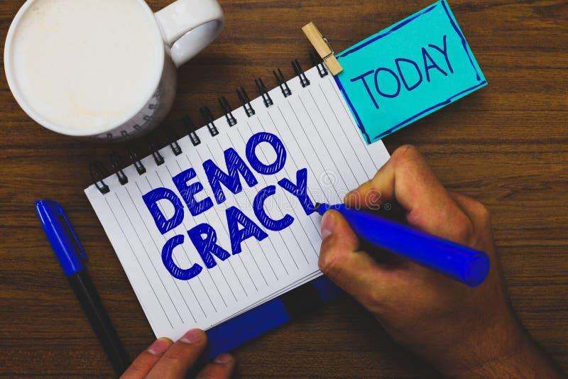 Texte Demo Cracy d'écriture de Word Le concept d'affaires pour la liberté des personnes pour exprimer leurs sentiments et les cro photos stock
