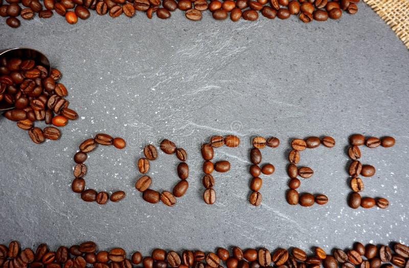Texte des grains de café de commerce équitable avec la toile de jute et la cuillère au fond gris de plan de travail de cuisine images libres de droits