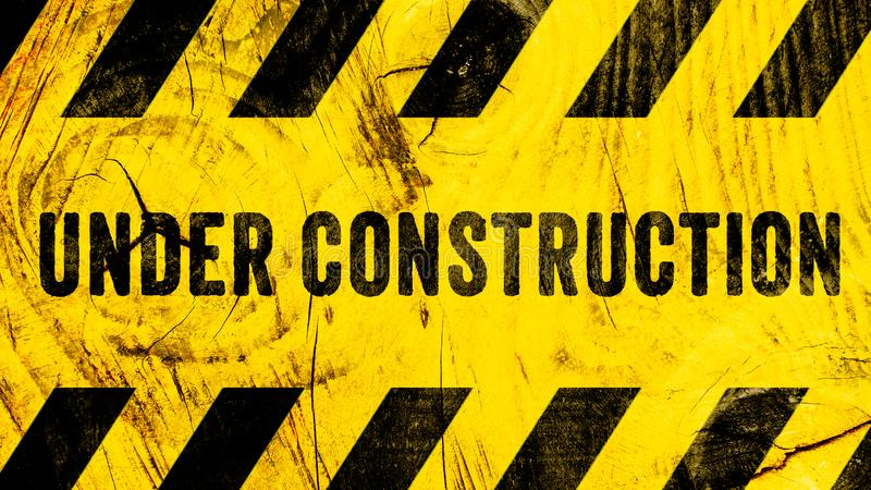 Texte en construction de panneau d'avertissement avec les rayures noires jaunes peintes sur le fond large de panorama de bannière image libre de droits