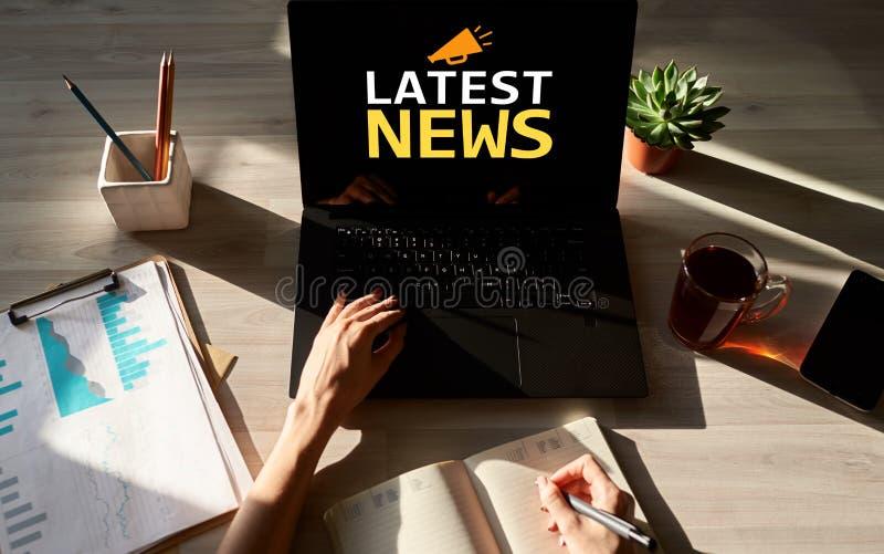 Texte et icône de dernières nouvelles sur l'écran de dispositif Internet d'affaires et concept de technologie image stock
