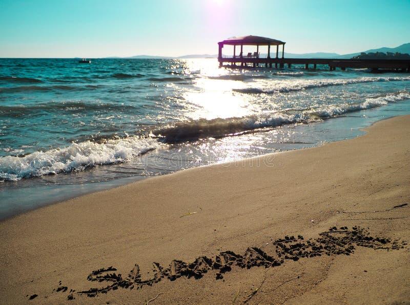 Texte et vagues d'été frappant la plage photographie stock