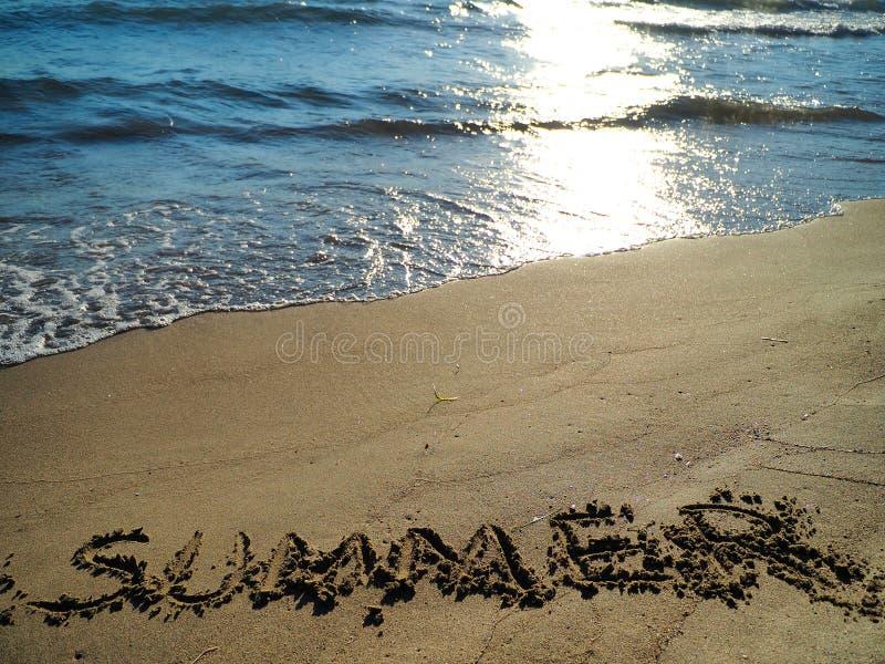 Texte et vagues d'été frappant la plage photo stock