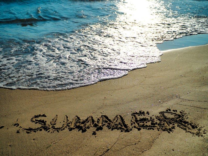 Texte et vagues d'été frappant la plage photos libres de droits