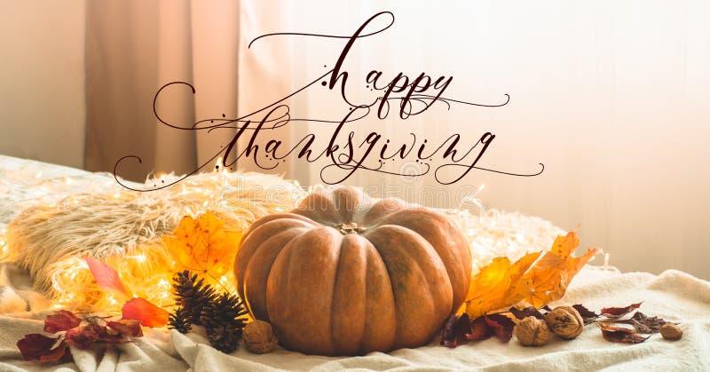 Texte heureux de thanksgiving Dans la guirlande décorée à la maison de potiron, de cônes, de noix et de feuilles d'automne vacanc photo stock