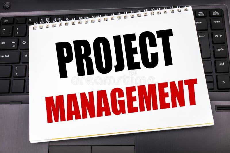 Texte manuscrit montrant la gestion des projets Écriture de concept d'affaires pour des buts de plan de stratégie écrits sur le p photographie stock libre de droits