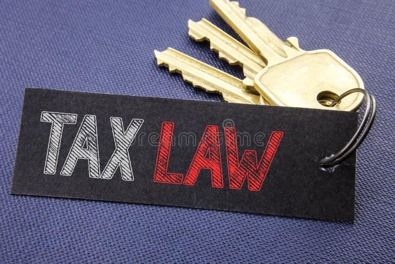 Texte manuscrit montrant le droit fiscal Écriture de concept d'affaires pour la loi fiscale d'imposition écrite sur le papier de  photographie stock