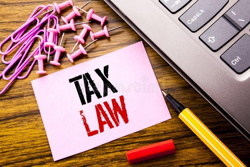 Texte manuscrit montrant le droit fiscal Concept d'affaires pour la loi fiscale d'imposition écrite sur le papier de note collant photographie stock