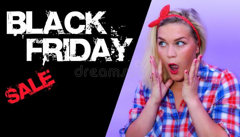 Texte noir de vendredi à côté de rétro femme dénommée choquée surprished image stock