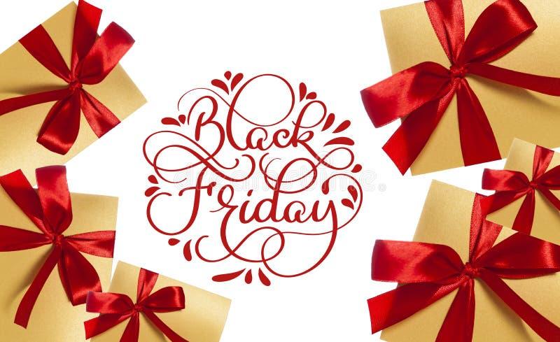 Texte rouge de calligraphie de Black Friday sur le fond et les cadeaux blancs avec les arcs rouges Main écrite image libre de droits