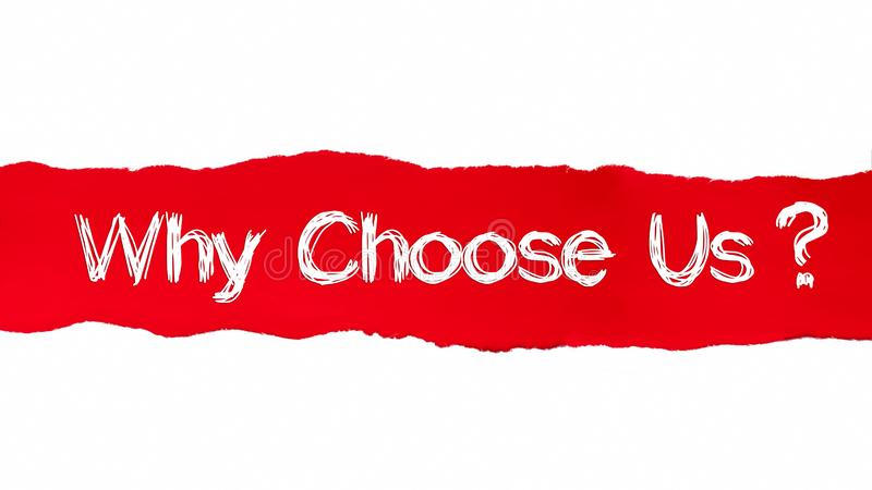Texten VARFÖR VÄLJ USA som visas bak rött sönderrivet papper arkivfoton
