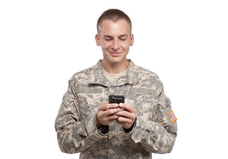 Militär man Texting fotografering för bildbyråer