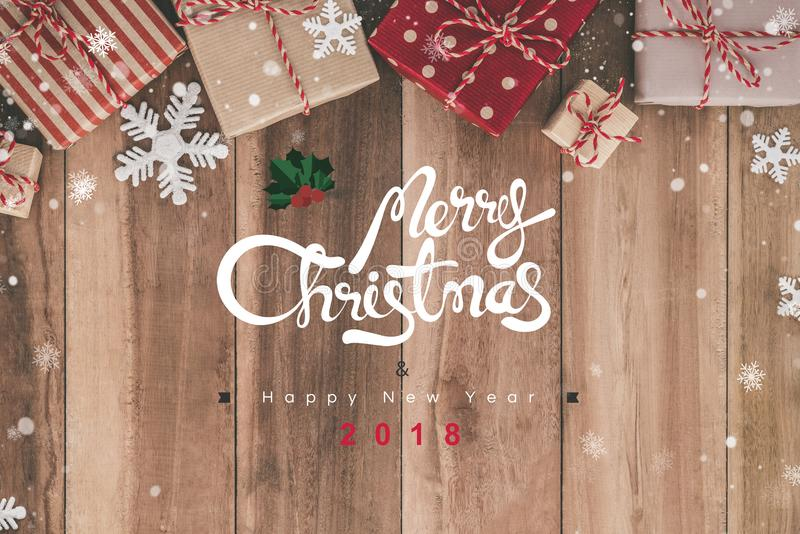 Texter för glad jul och för lyckligt nytt år 2018 ovanför trätabellen royaltyfria foton