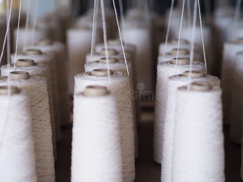Textiel de lepel dichte omhooggaand van de dradenindustrie stock foto's