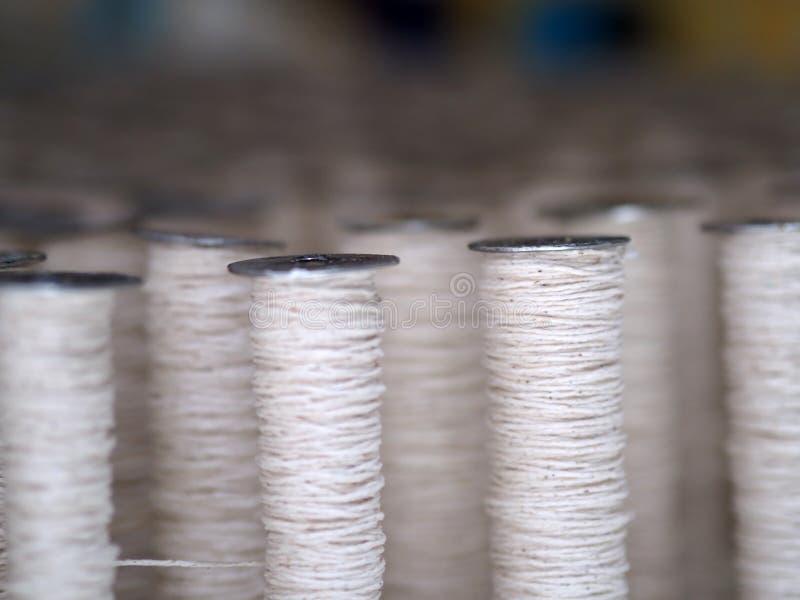 Textiel de lepel dichte omhooggaand van de dradenindustrie royalty-vrije stock fotografie