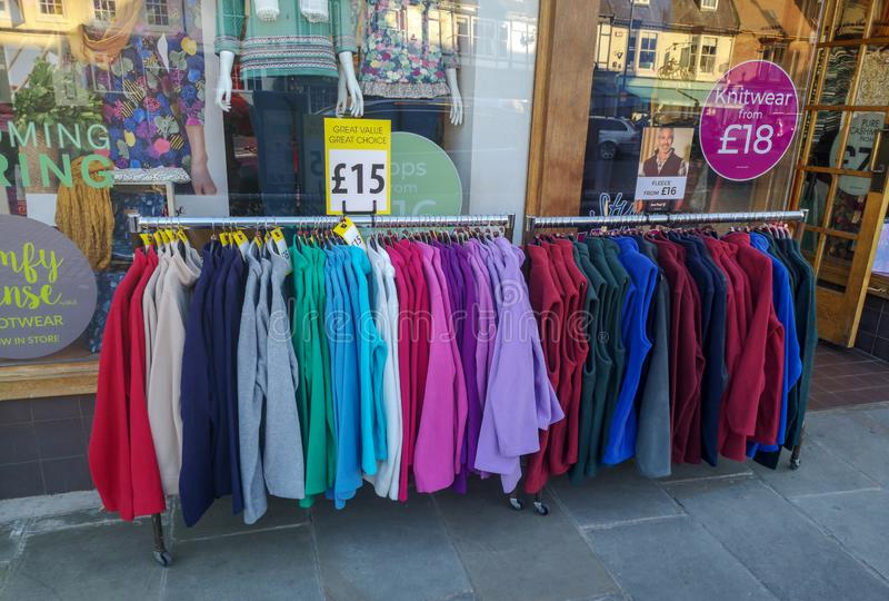 Textiel op verkoop buiten een winkel wordt getoond die royalty-vrije stock foto's
