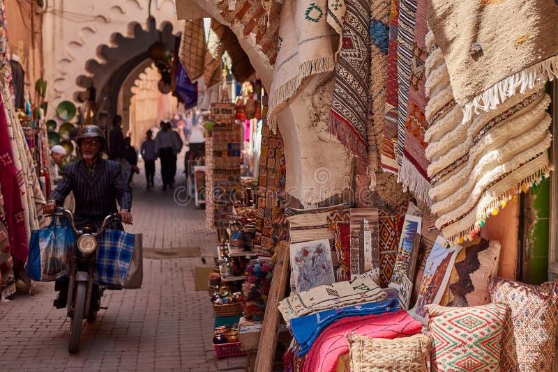 Textiel voor verkoop bij de box van de straatbazaar in Medina stock fotografie