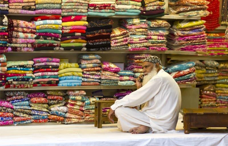 Textielverkoper bij de bazaar royalty-vrije stock foto