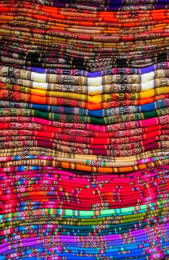 Textil en mercado peruano foto de archivo