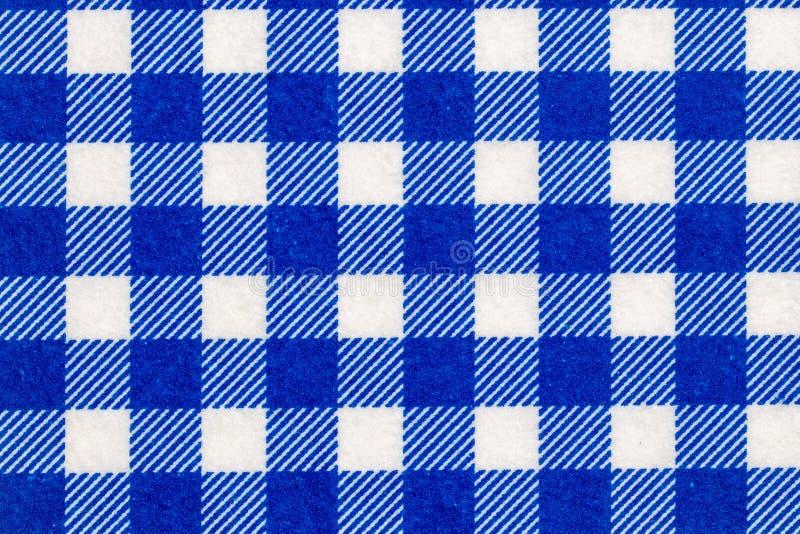 Textilbakgrundstextur Bästa sikt av detaljer av en tom en blå och vit rutig köktorkduk, textil, bordduk eller servett royaltyfri foto
