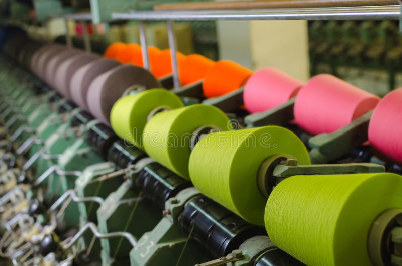 Textilbransch - snurrmaskin i en textilfabrik royaltyfri fotografi