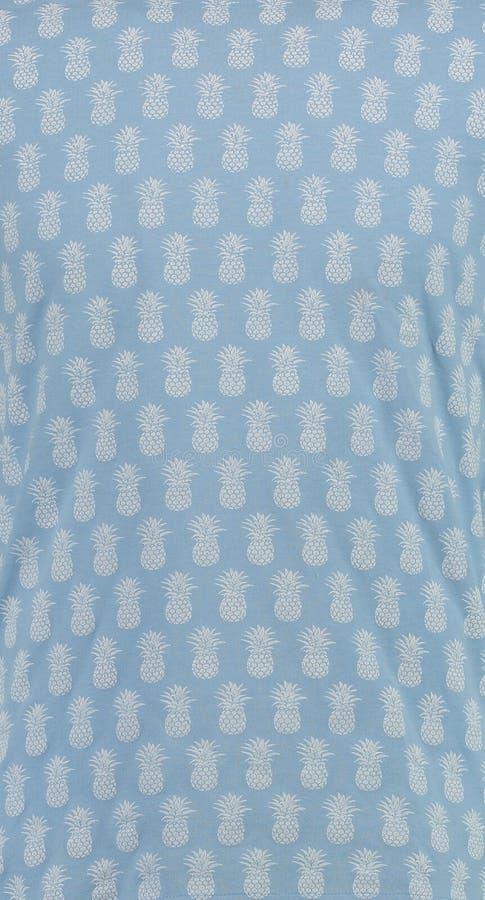 textile Μπλε υπόβαθρο με τον άσπρο ανανά στοκ εικόνες