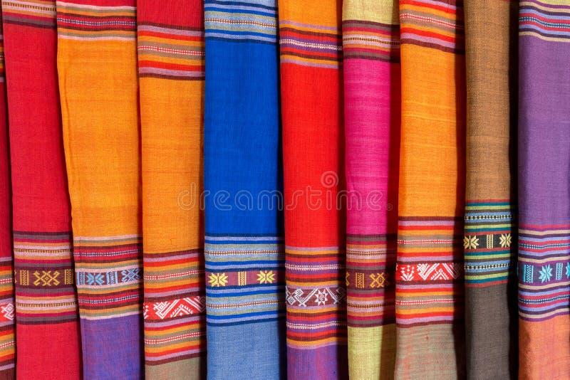 Textile vietnamien traditionnel coloré, tissu photographie stock libre de droits