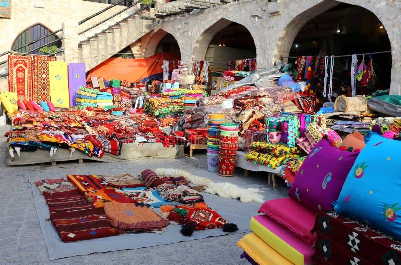 Textiles colorés sur le marché de Doha image libre de droits