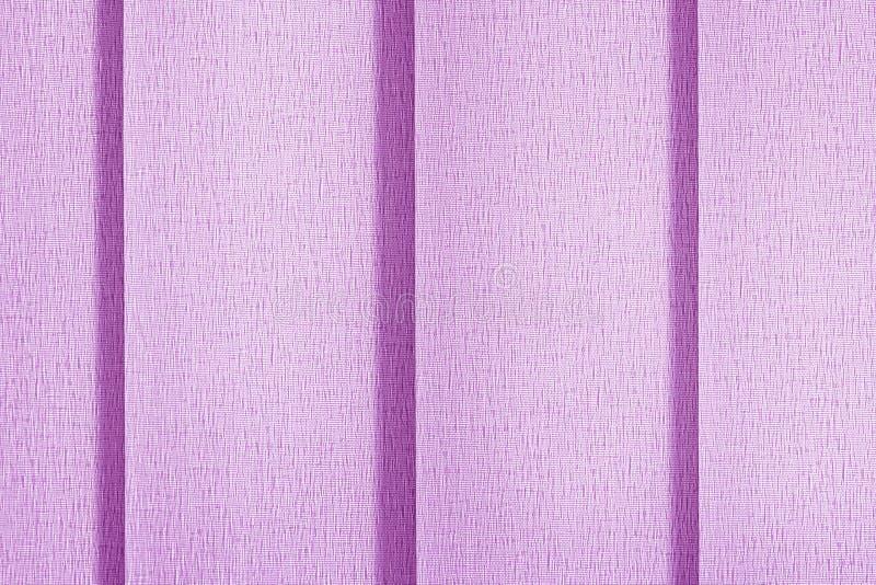Textilhintergrund der lila Farbe Fensterläden, Vorhangvertikaljalousien stockbild