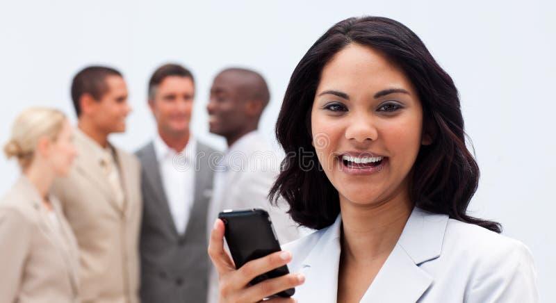 texting女实业家种族的移动电话 免版税库存图片