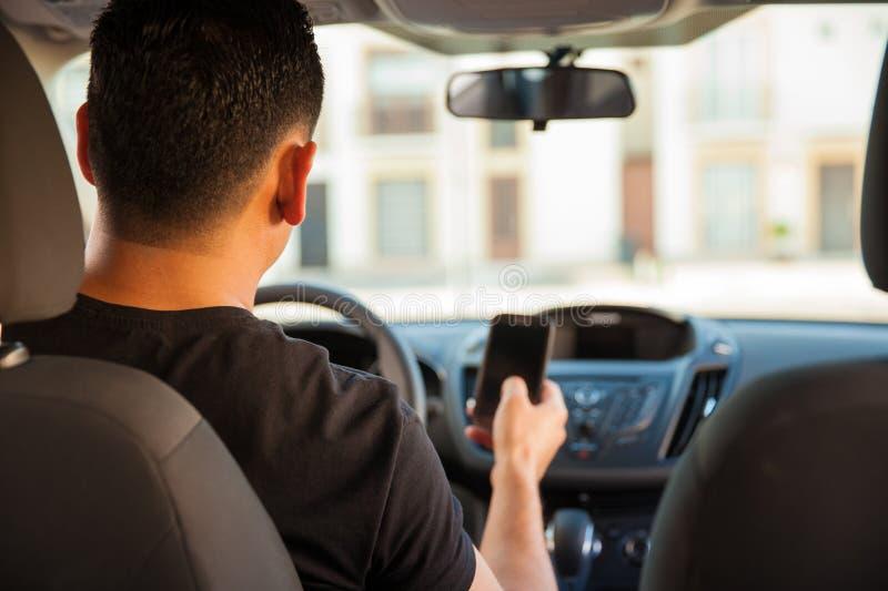 Texting και Drive στοκ φωτογραφία με δικαίωμα ελεύθερης χρήσης