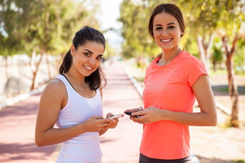Texting σε μια τρέχοντας διαδρομή στοκ φωτογραφία με δικαίωμα ελεύθερης χρήσης
