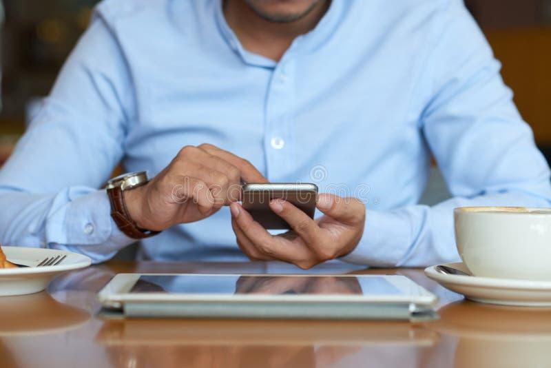 Texting συνάδελφος επιχειρηματιών στοκ εικόνα
