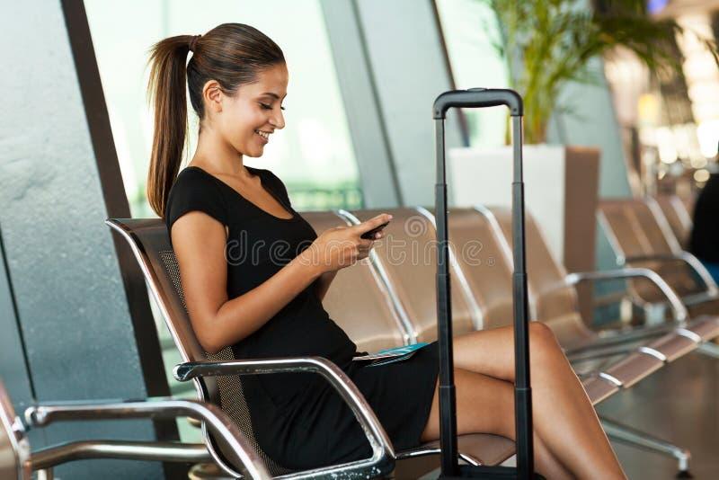 Texting τηλέφωνο επιχειρηματιών στοκ φωτογραφίες με δικαίωμα ελεύθερης χρήσης