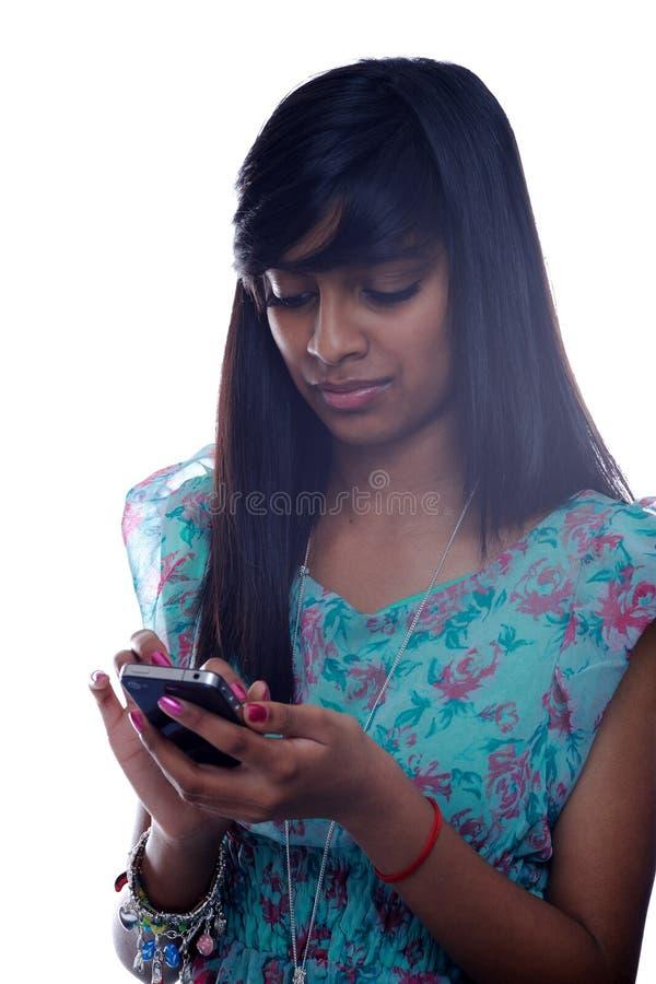 texting девушки предназначенный для подростков стоковые изображения