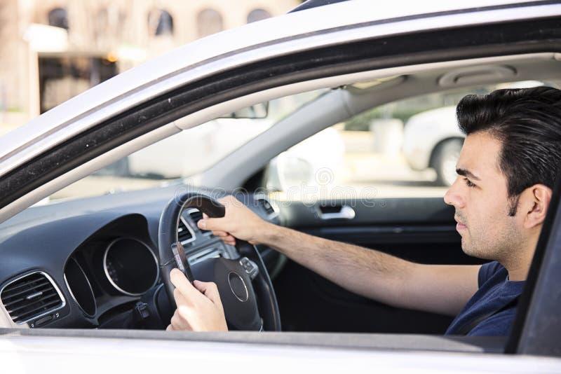 Texting ao conduzir fotografia de stock