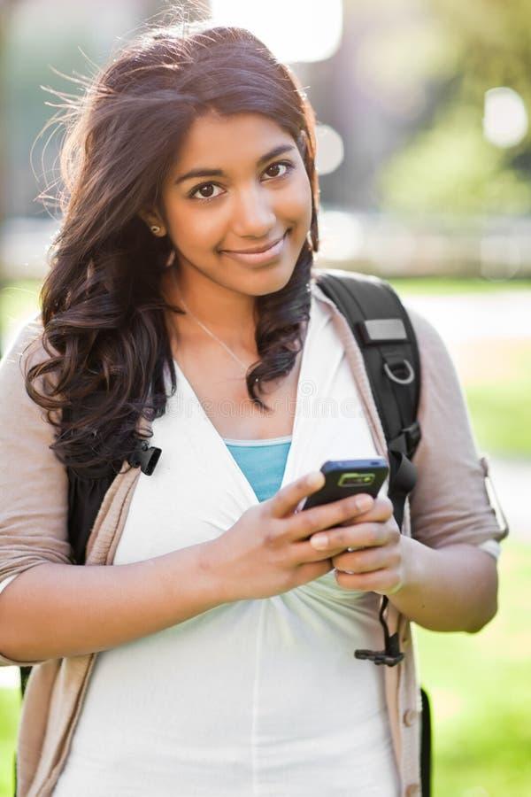 texting azjatykci uczeń zdjęcie royalty free