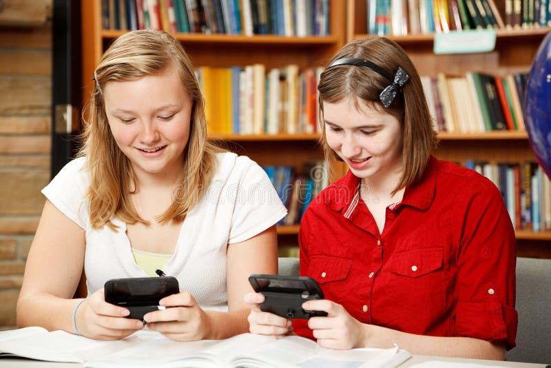 texting biblioteczni wiek dojrzewania obraz royalty free