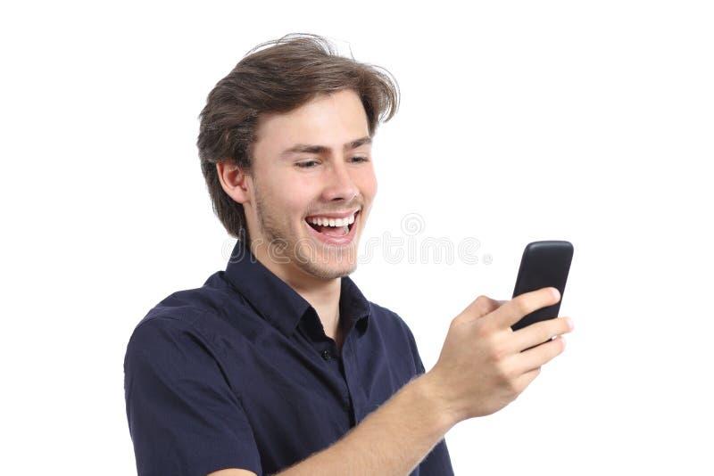 Texting de riso do homem no telefone celular foto de stock