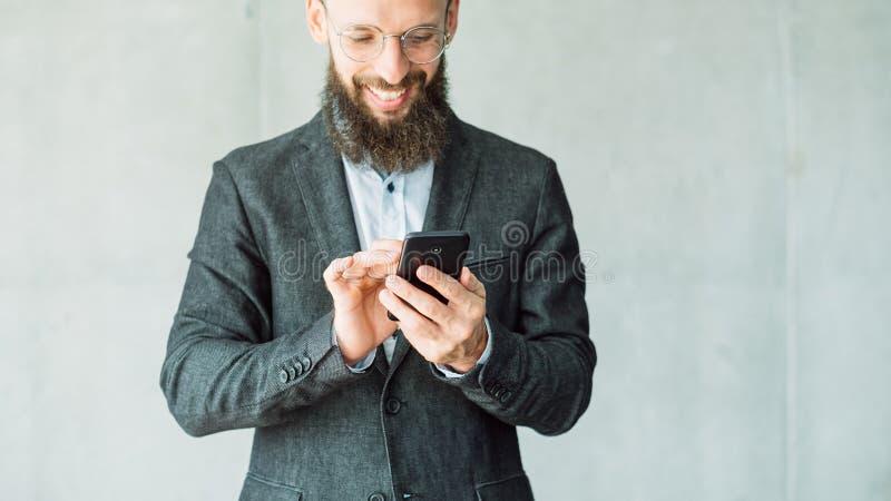 Texting de telefoonmededeling van het bedrijfsmensenoverseinen royalty-vrije stock afbeeldingen