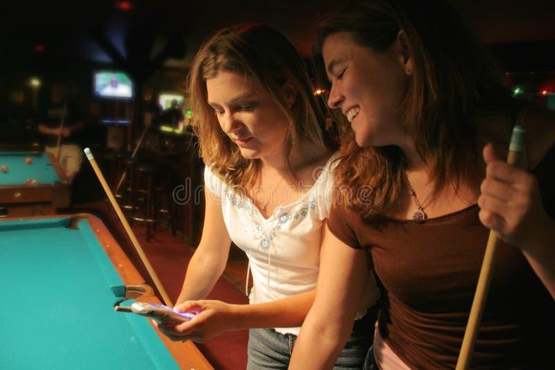 Texting An Der Poolhalle Stockfotografie